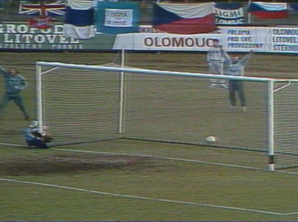 Kazimierz Sidorczuk dał się przelobować Ľubomírowi Moravčíkowi. Czechosłowacja prowadziła z Polską 2:0.