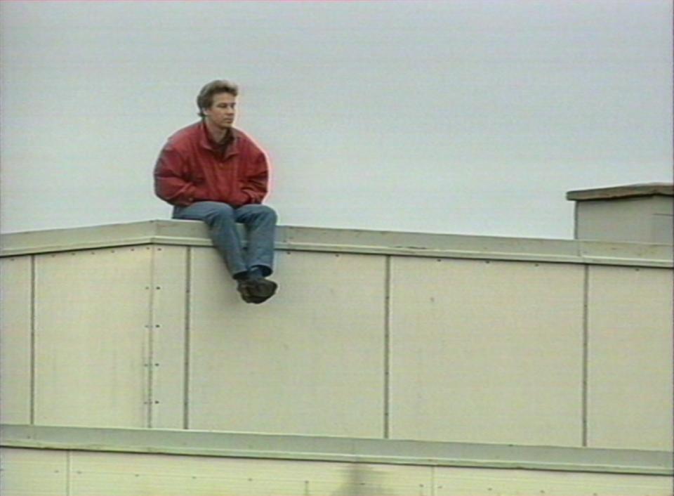 Kibic Finlandii oglądający towarzyski mecz z Polską w 1992 roku... z dachu.