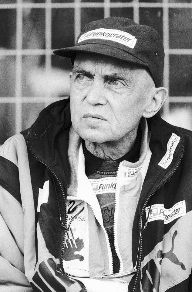Ernst Happel na ławce trenerskiej podczas meczu z Polską. Legendarny austriacki szkoleniowiec od długiego czasu toczył walkę z nowotworem płuc, a jednak wciąż był czynny zawodowo. Zmarł pół roku po wykonaniu tego zdjęcia. Wkrótce potem największy obiekt sportowy w Wiedniu, dotychczas znany jako Praterstadion, został nazwany jego imieniem.