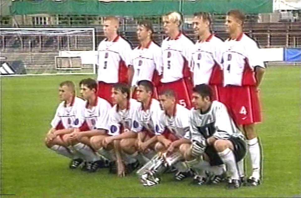 Grupowe zdjęcie reprezentacji Polski do lat 16 przed meczem finałowym mistrzostw Europy z Hiszpanią w 1999 roku.