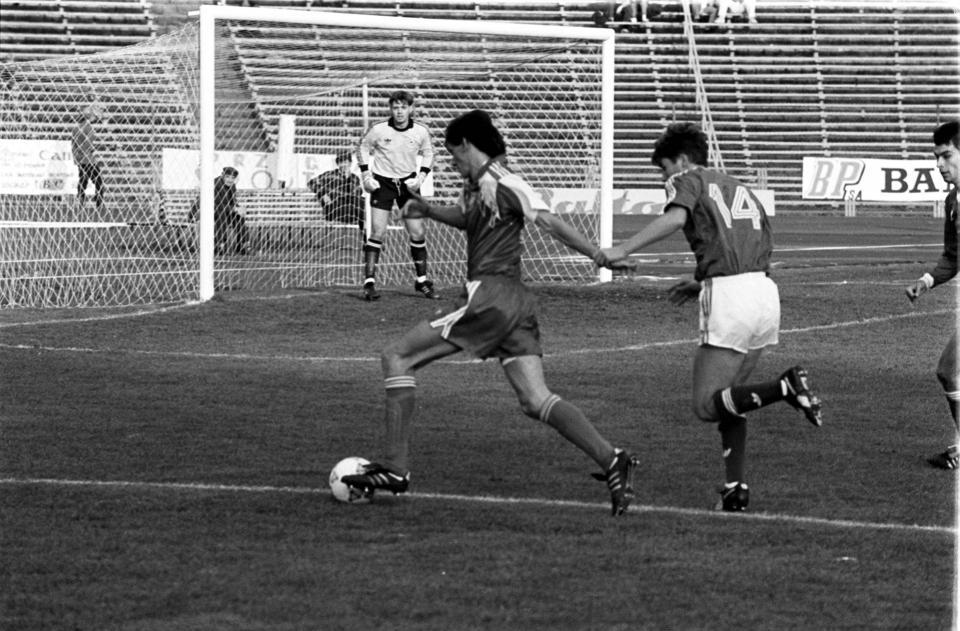 Dariusz Gęsior (z lewej) walczy o piłkę z Kennym Cunninghamem