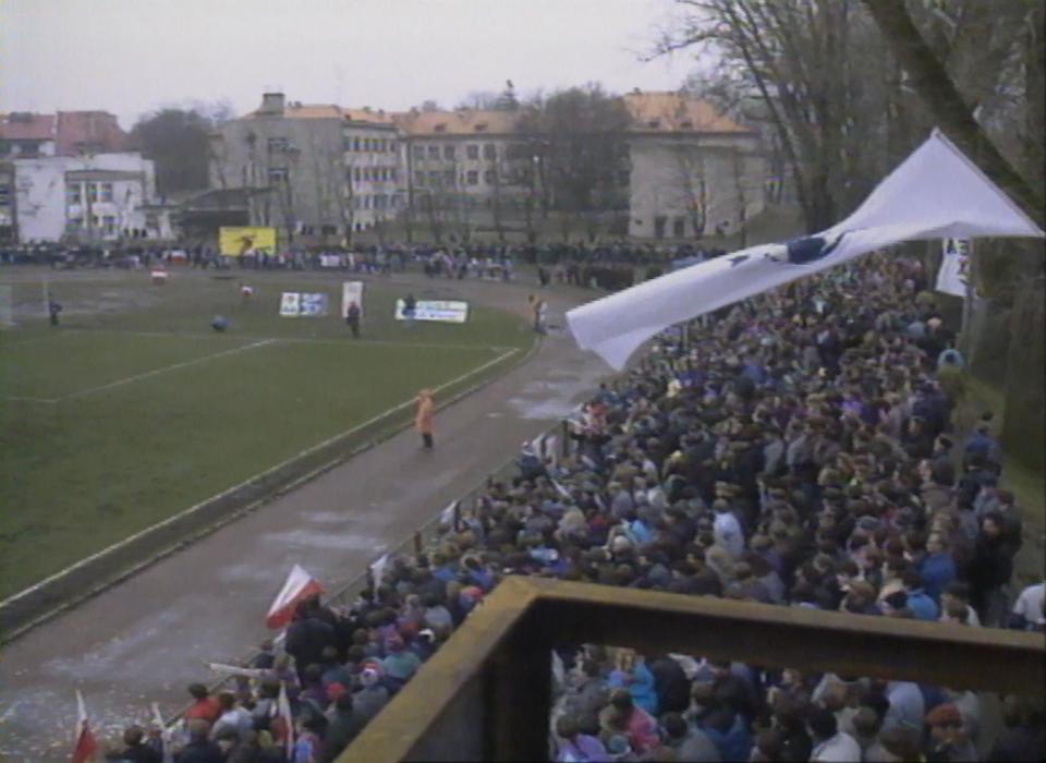 Kibice na trybunach stadionu w Iławie. Mecz towarzyski Polska - Łotwa z 18 listopada 1992 roku.