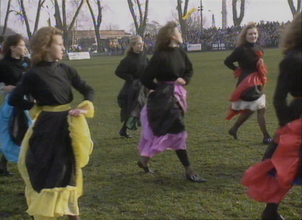 Dziewczęta z iławskiego zespołu Flamenco na murawie stadionu Jezioraka podczas meczu Polska - Łotwa w 1992 roku.
