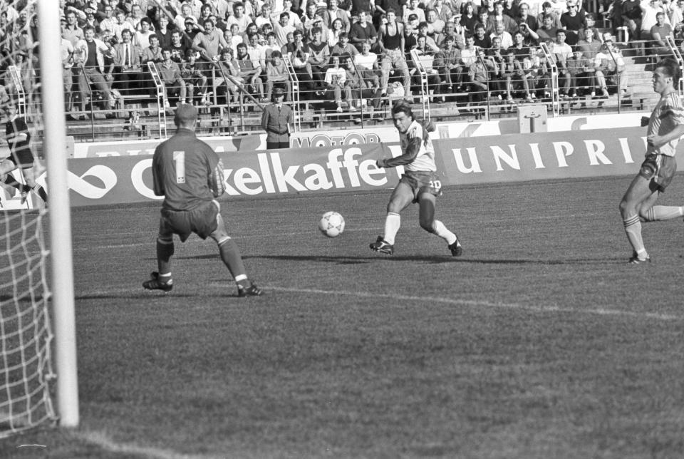 Roman Kosecki przed znakomitą szansą na strzelenie gola Szwedom.