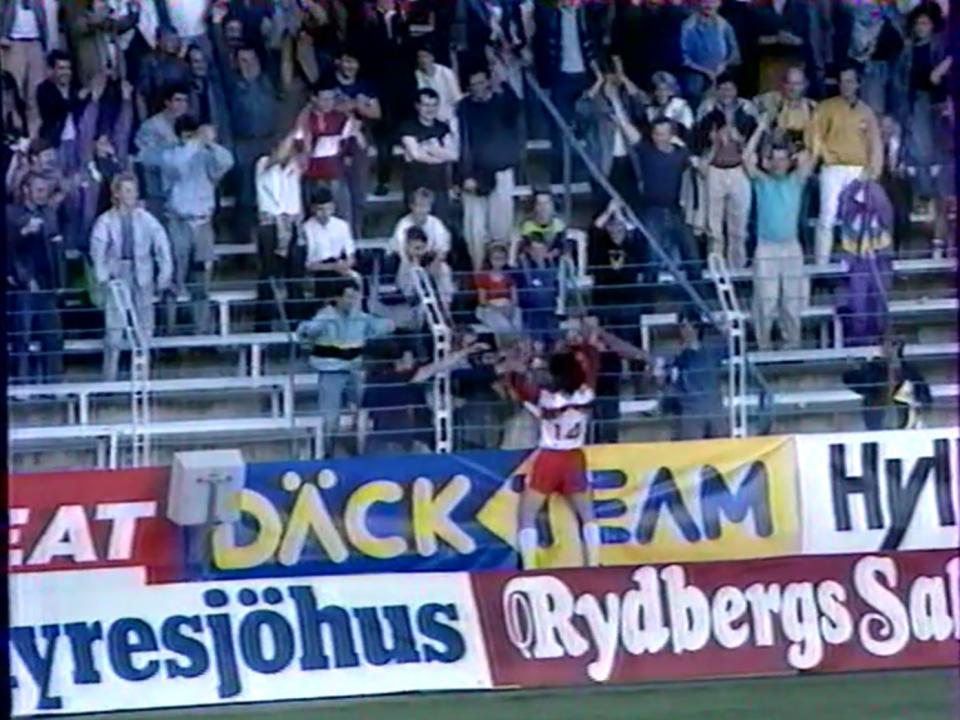 Mirosław Trzeciak po strzeleniu debiutanckiego gola w reprezentacji Polski wskoczył na płot okalający trybuny i cieszył się wraz z kibicami.