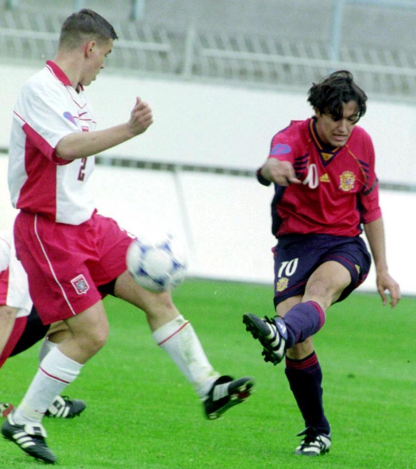 Marcin Rogalski próbuje blokować strzał hiszpańskiego pomocnika Ernesto.