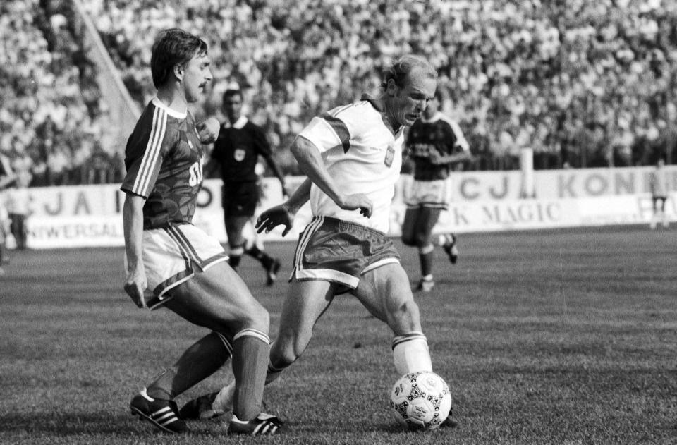 Janusz Nawrocki walczy o piłkę z zawodnikiem ZSRR. Mecz towarzyski z 23 sierpnia 1989 roku.