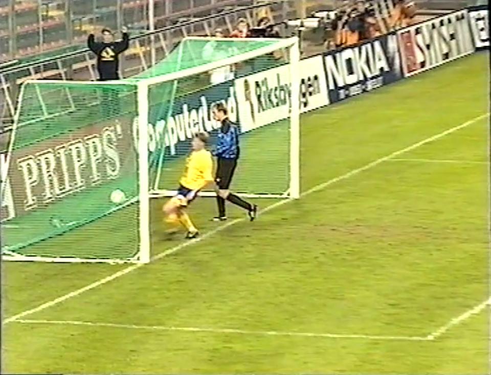 Kazimierz Sidorczuk po raz piąty wyjmował piłkę z siatki. W bramce oprócz Polaka strzelec gola Szwed Stefan Pettersson.