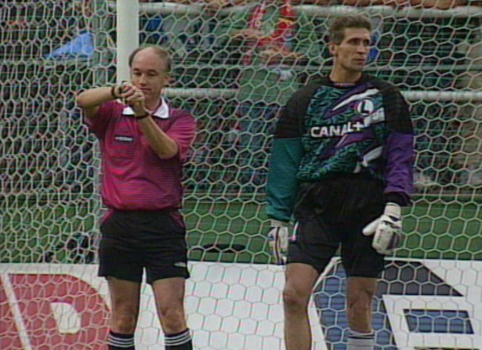 David Elleray i Maciej Szczęsny podczas meczu IFK Göteborg - Legia Warszawa 1:2 (23.08.1995).
