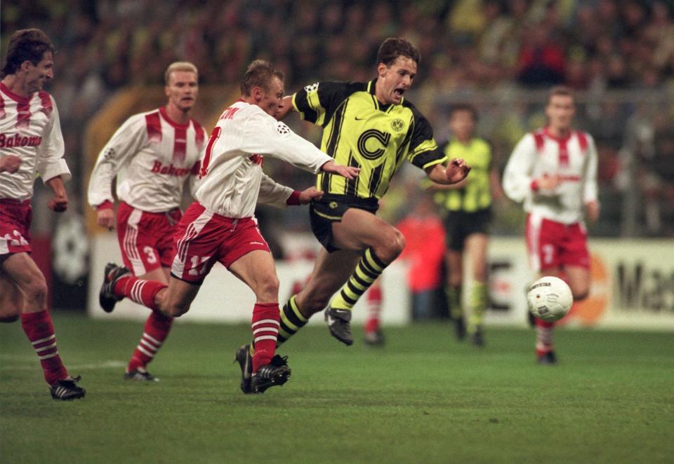 Sławomir Majak, Tomasz Łapiński i Andrzej Michalczuk, a także Heiko Herrlich podczas meczu Borussia Dortmund - Widzew Łódź 2:1 (11.09.1996).