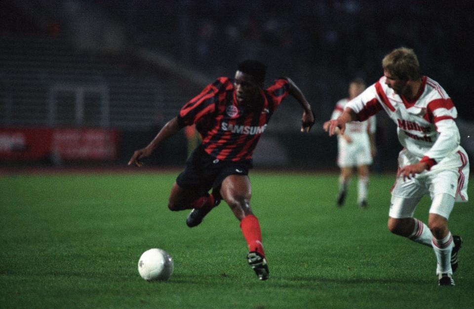 Jay-Jay Okocha i Wiesław Cisek podczas meczu Eintracht Frankfurt - Widzew Łódź 9:0 (30.09.1992).