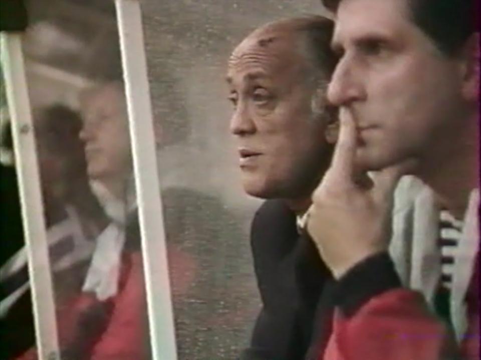 Trenerzy Andrzej Strejlau i Lesław Ćmiekiewicz podczas meczu towarzyskiego Francja - Polska w sierpniu 1990 roku.