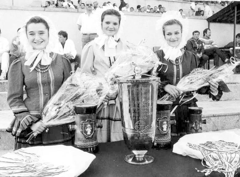 Panie w ludowych warmińsko-mazurskich strojach z kwiatami, Pucharem Polski, pucharami pocieszenia i medalami. Finał Pucharu Polski 1989.