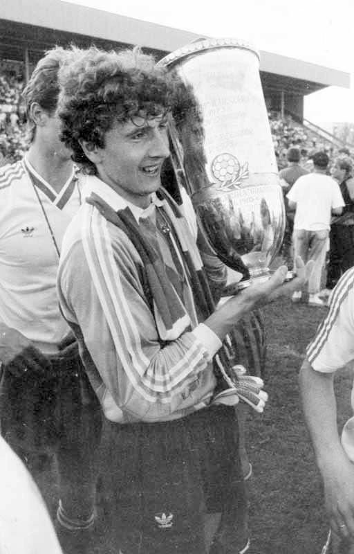 Bramkarz Legii Zbigniew Robakiewicz z Pucharem Polski 1989.