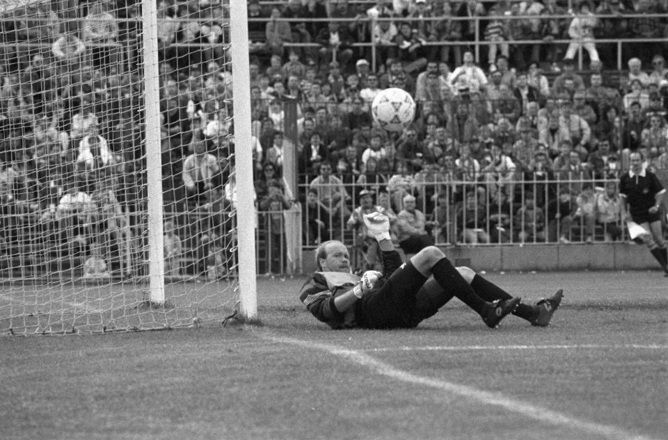 Andrzej Woźniak broni strzał jednego z piłkarzy Legii w finale Pucharu Polski 1993/1994.