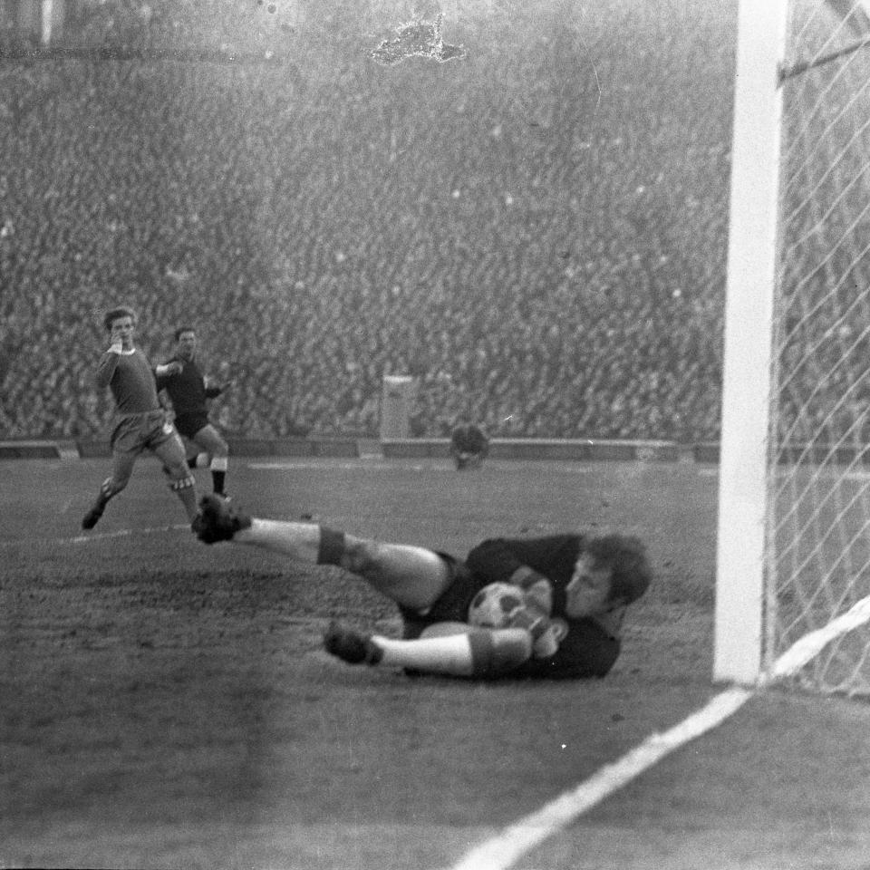 Alberto Ginulfi w trzech meczach puścił cztery gole, ale był trudną zaporą do przebycia. W tej sytuacji próbował go pokonać Zygfryd Szołtysik.