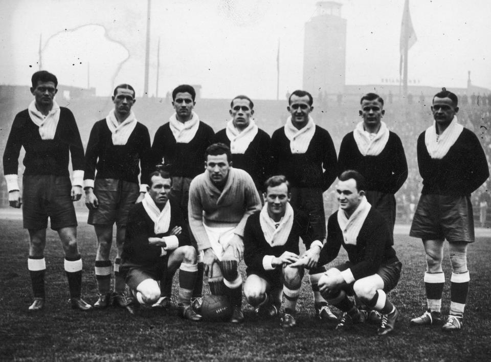 Fryderyk Scherfke (stoi pierwszy z lewej) i Gerard Wodarz (stoi trzeci z prawej) przed towarzyskim meczem z Belgią w Brukseli. Nasi piłkarze na szyjach mają wełniane kominy, bo spotkanie odbyło się w środku kalendarzowej zimy, w lutym 1936 roku. Biało-czerwoni zwyciężyli 2:0.