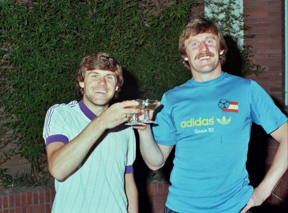 Włodzimierz Smolarek i Józef Młynarczyk świętują zajęcie trzeciego miejsca na mundialu w Hiszpanii.