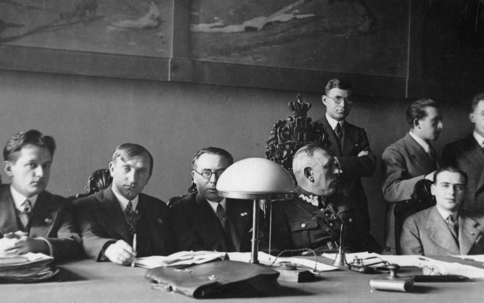 Styczeń 1934 roku. Józef Kałuża już w roli kapitana związkowego podczas zebrania działaczy PZPN. W garniturze też mu było do twarzy.