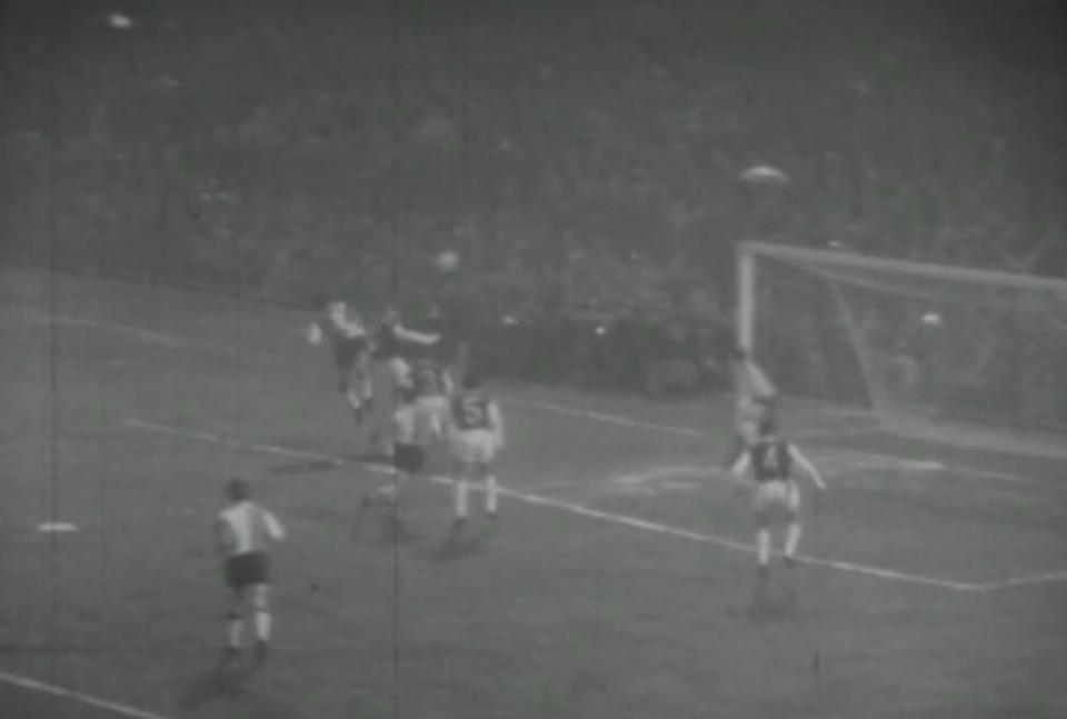 Tak padła pierwsza bramka dla Feyenoordu. Rinus Israël przymierzył z rzutu wolnego, a Wim van Hanegem skoczył wyżej od obrońców Legii i pokonał Władysława Grotyńskiego.