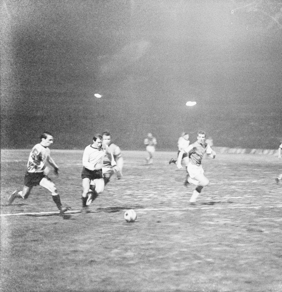 """Piłkarze Legii oddali w tym meczu trzynaście strzałów na bramkę Feyenoordu, ale tylko pięć z nich było celnych. """"Deyna nie przypominał zupełnie siebie z jesieni ubiegłego roku. Obaj środkowi napastnicy Pieszko i Małkiewicz nie spełnili oczekiwań, nie stanowili poważnego zagrożenia dla bramki przeciwnika"""" – taki komentarz można było przeczytać na łamach katowickiego """"Sportu""""."""