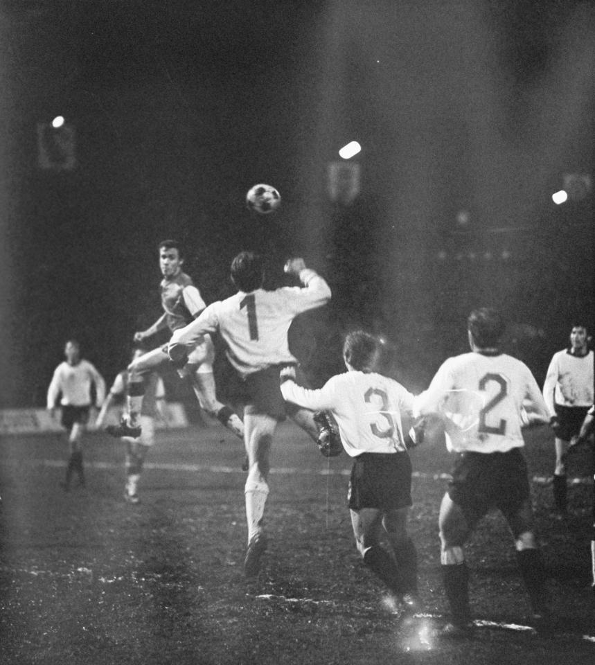 Jeszcze jedna akcja Feyenoordu, którą udało się zatrzymać. Piłkę piąstkuje Władysław Grotyński, obok niego od lewej: Zygfryd Blaut, Władysław Stachurski i Kazimierz Deyna.