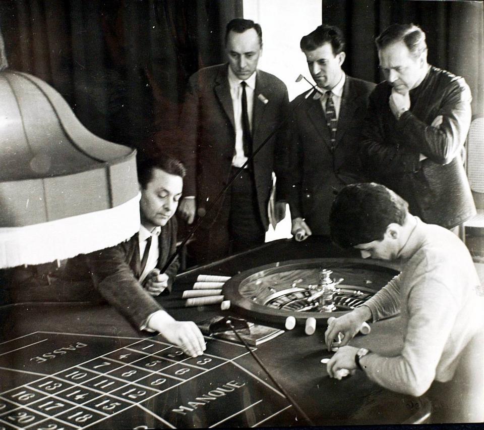 Poker, wyścigi, ale i... ruletka. Jan Ciszewski (stoi pierwszy z prawej) smakował się w zakazanych owocach, a z uzależnieniem od hazardu walczył do końca życia.