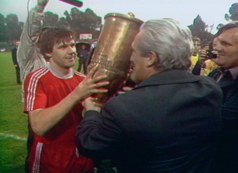 Włodzimierz Smolarek odbiera Puchar Polski po meczu Widzew Łódź - GKS Katowice 0:0, k. 3:1 (26.06.1985).