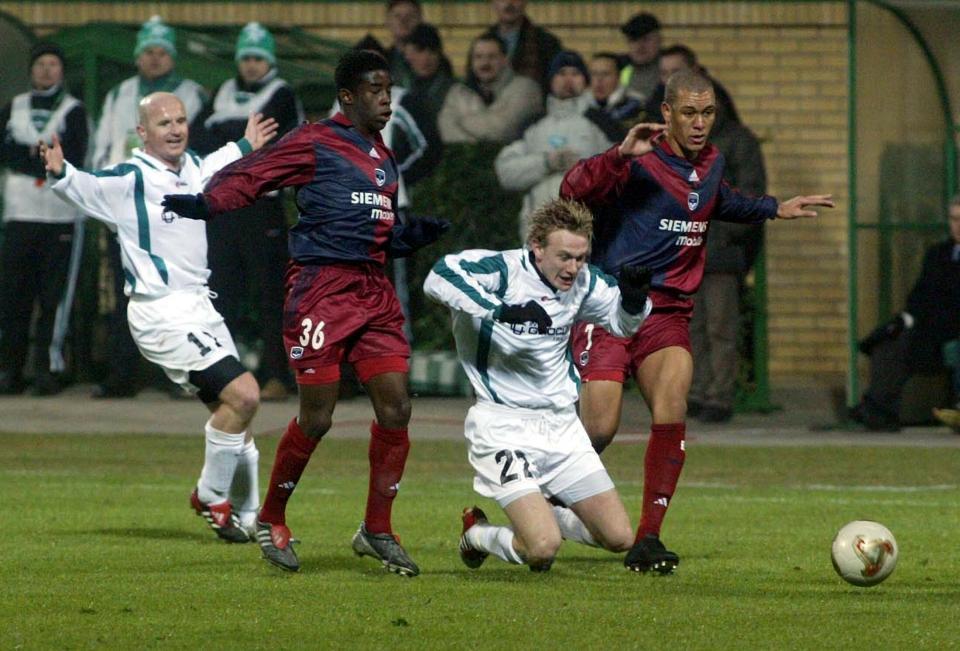Sebastian Mila i Tomasz Wieszczycki podczas meczu Girondins Bordeaux - Groclin Dyskobolia Grodzisk Wielkopolski 4:1 (03.03.2004).