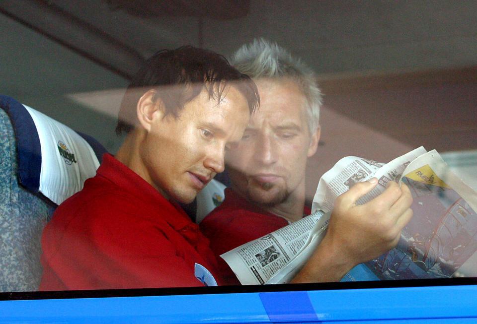 Daniel Dubicki i Maciej Stolarczyk czytający prasę w autokarze po meczu z Omonią Nikozja w eliminacjach Ligi Mistrzów 2003/2004.