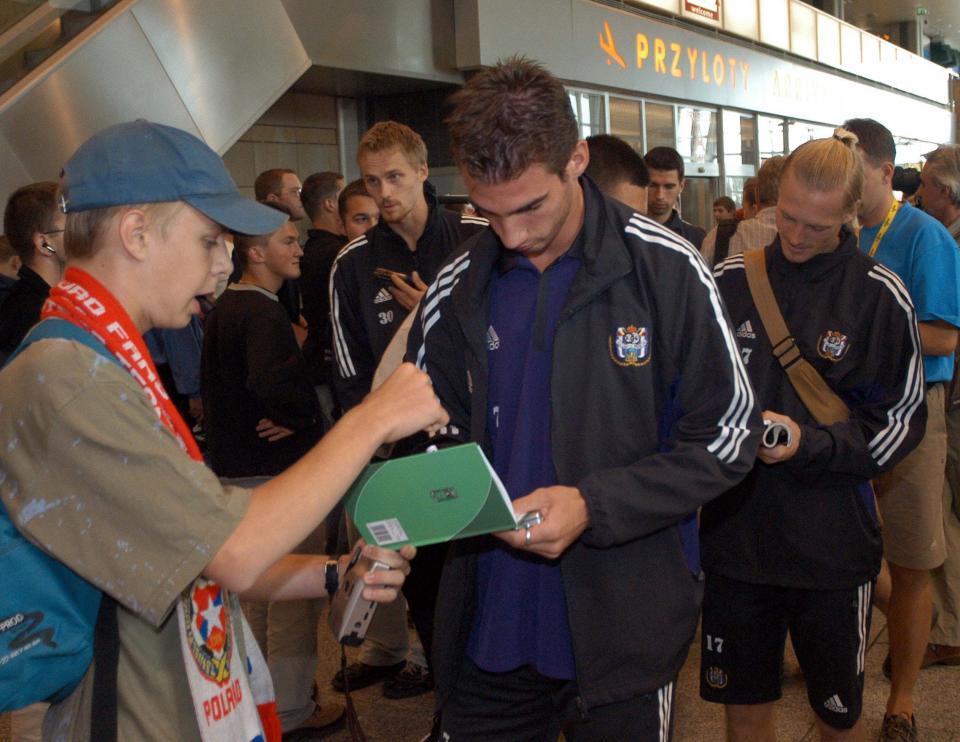 Piłkarze Anderlechtu rozdający autografy na krakowskim lotnisku przed meczem z Wisłą w 2003 roku.