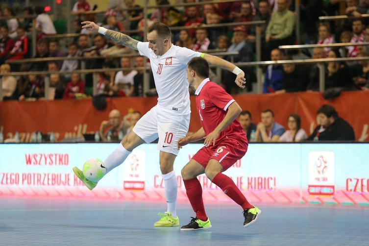 Kapitan reprezentacji Polski w futsalu w starciu z zawodnikiem Serbii podczas eliminacji ME 2018.