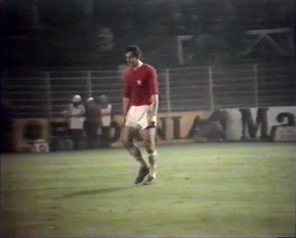 Zmartwiony Henryk Maculewicz chwilę po zmarnowaniu rzutu karnego w meczu z RWD Molenbeek w Pucharze UEFA w 1976 roku.