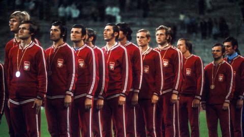 Polska reprezentacja (w czerwonych dresach) ze złotymi medalami podczas odgrywania hymnu.