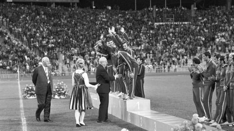 Podium, ceremonia medalowa. Polska otrzymuje medale igrzysk olimpijskich 1972.