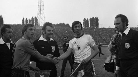 Przywitanie kapitanów obu drużyn, Johana Cruyffa i Kazimierza Deyny. Na piersi polskiego zawodnika jedyny w swoim rodzaju orzełek - czerwony, na białym tle.