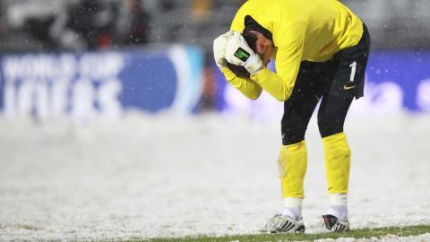 Ten gest Jerzego Dudka mówi wszystko. Polski bramkarz musiał wyciągnąć piłkę z siatki już na początku spotkania, po samobójczym strzale Seweryna Gancarczyka.