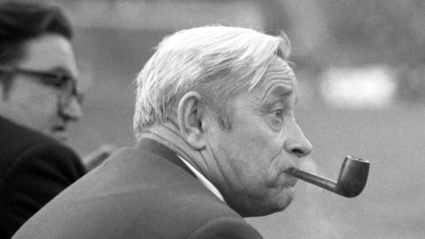 Ryszard Koncewicz i jego charakterystyczny atrybut, czyli fajka. Urodzony we Lwowie trener nie osiągnął z reprezentacją wielkich sukcesów, ale stworzył fundamenty pod budowę drużyny, z którą później po medale sięgał Kazimierz Górski.