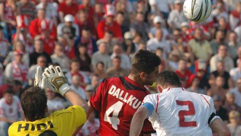 Tomasz Kłos w walce o górą piłkę z Islim Hidim i Armendem Dallku podczas meczu Polska - Albania 1:0 (29.05.2005).