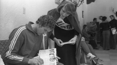 Henryk Maculewicz daje autograf swojej fance na mundialu 1978