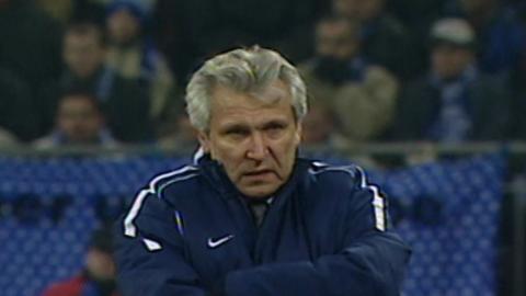 Henryk Kasperczak podczas meczu Schalke 04 - Wisła Kraków 1:4 (10.12.2002).
