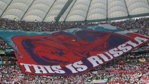 """Rosyjscy kibice na meczu Polska - Rosja, Euro 2012. sektorowa flaga z napisem """"This is Russia""""."""